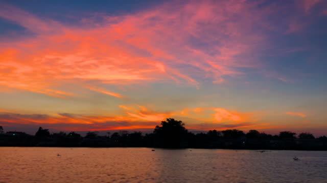 vídeos de stock e filmes b-roll de sunset scene ,riverside scene in bangkok , choa praya river - barco de turismo