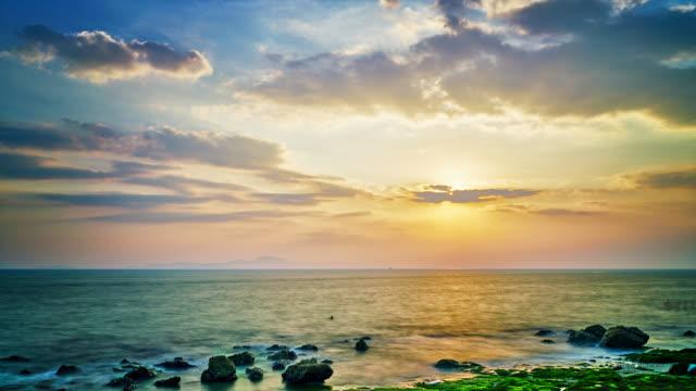 sonnenuntergang. meer. strand. insel. stein. entspannen - meerlandschaft stock-videos und b-roll-filmmaterial