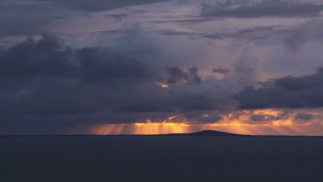 sunset seen from neist point, isle of skye. neist point, isle of skye, scotland, uk, europe. - ドラマチックな空模様点の映像素材/bロール