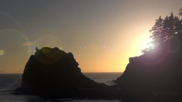 sunset sky above the sea stack islands on the oregon coast - costa dell'oregon video stock e b–roll