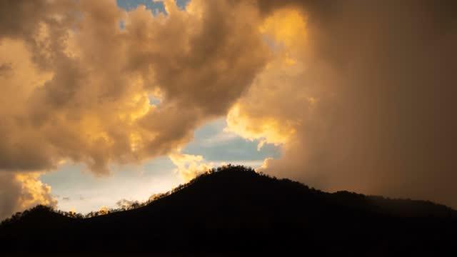 vidéos et rushes de ciel de coucher du soleil et nuage de tempête avec le laps de temps de pluie - mauvais présage