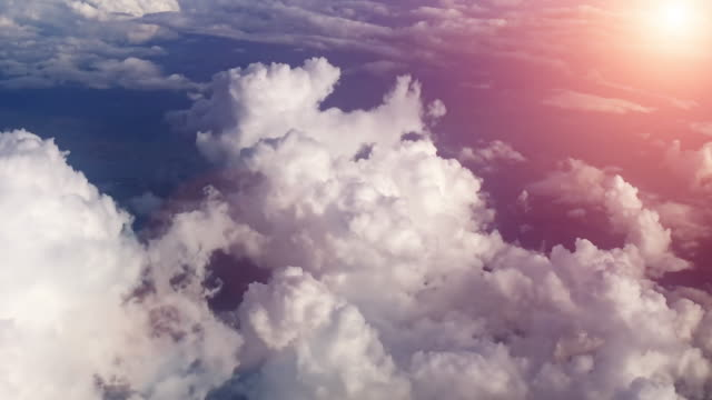 vídeos de stock e filmes b-roll de sunset sky from airplane - paisagem com nuvens