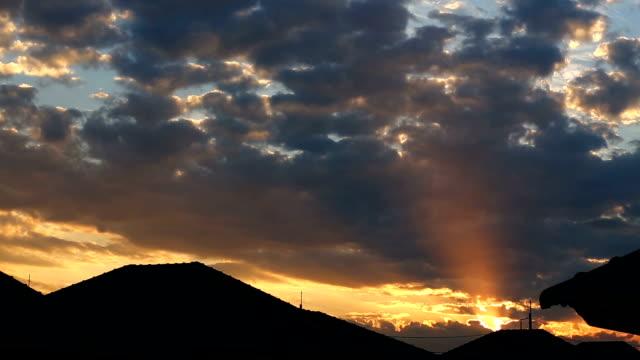 vídeos de stock, filmes e b-roll de do pôr-do-sol - só céu