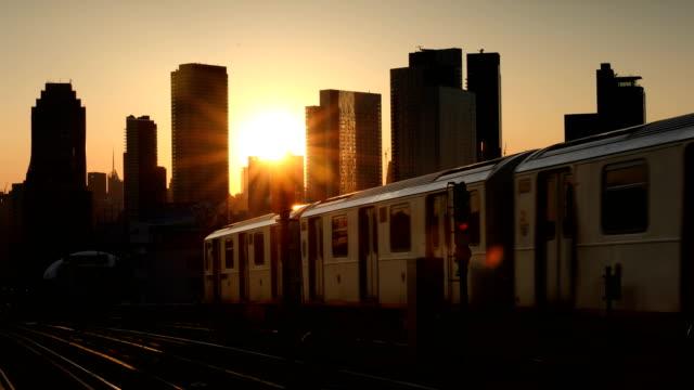 vídeos de stock, filmes e b-roll de metrô de horizonte do sol - trem do metrô