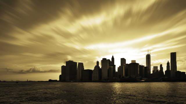 vídeos y material grabado en eventos de stock de puesta de sol. rascacielos en manhattan, nueva york, estados unidos - imagen virada