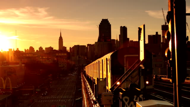 vídeos de stock, filmes e b-roll de trem do metrô por do sol em queens, new york city - queens new york city