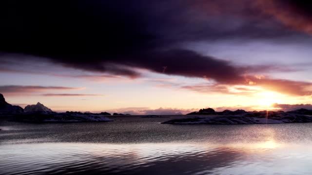 vídeos de stock, filmes e b-roll de pôr-do-sol ou nascer do sol ártico - céu romântico