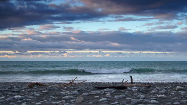 stockvideo's en b-roll-footage met sunset / sunrise beach - drijfhout
