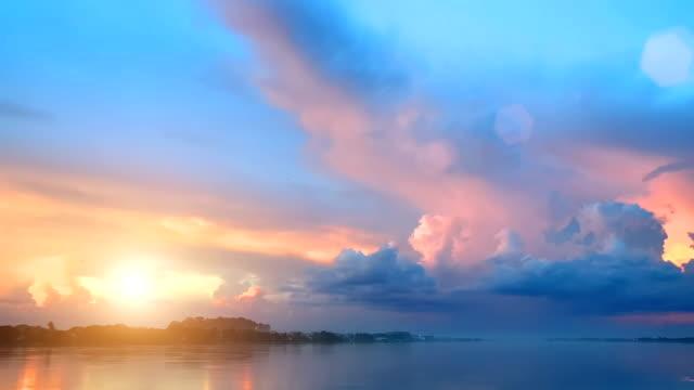 vídeos de stock, filmes e b-roll de sunset / sunrise timelapse sobre mar - clima