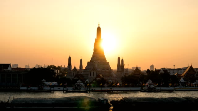 Sunset The iconic Temple of  Dawn ZO TL D2N, Wat Arun, along the Chao Phraya river with a colorful sky in Bangkok, Thailand