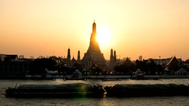 Sunset The iconic Temple of Dawn TL D2N ZI, Wat Arun, along the Chao Phraya river with a colorful sky in Bangkok, Thailand