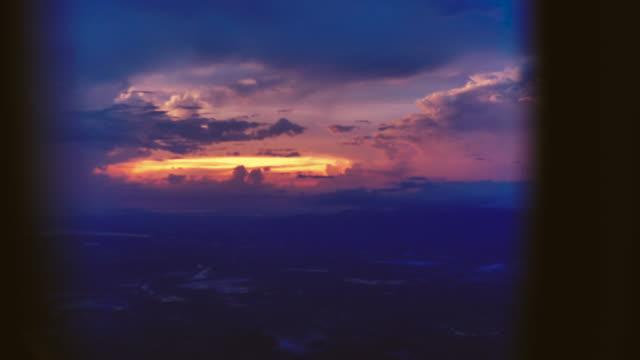 vidéos et rushes de coucher du soleil par la fenêtre de l'avion - hublot