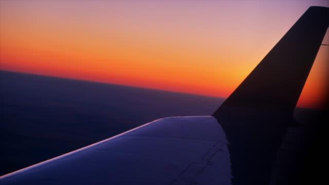 sonnenuntergang durch flugzeugfenster - fensterrahmen stock-videos und b-roll-filmmaterial