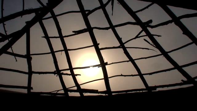 vídeos y material grabado en eventos de stock de puesta de sol a través de rotura hut - mancha solar