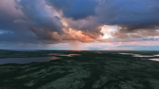 stockvideo's en b-roll-footage met sunset door de regenwolken in de toendra - arctis