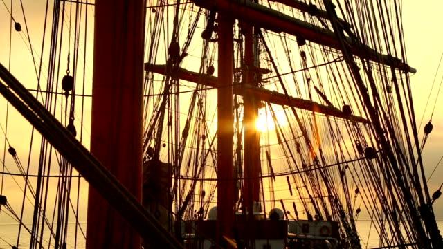 tramonto attraverso la presentazione di una barca a vela - veliero video stock e b–roll