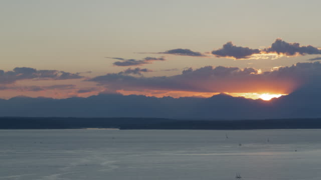 vídeos y material grabado en eventos de stock de sunset time lapse of elliot bay (seattle, wa) with light small vessel traffic in the foreground, the olympic mountain range in the backgroud, and striking clouds overhead - bahía de elliott