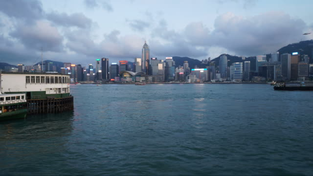 sunset time lapse over victoria harbor in hong kong - traghetto star video stock e b–roll
