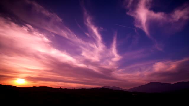 vídeos de stock, filmes e b-roll de lapso de tempo do pôr-do-sol - horizonte