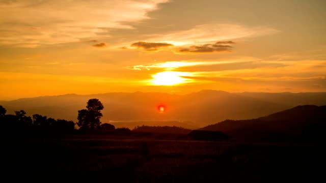 vídeos de stock, filmes e b-roll de lapso de tempo do pôr-do-sol. - só céu