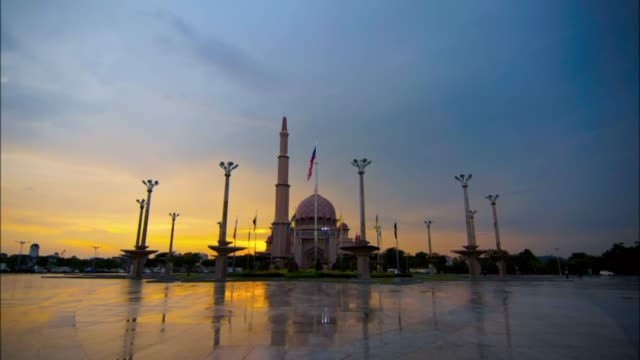 sunset timelapse at masjid putra or putra mosque, putrajaya, malaysia  f - putrajaya stock videos & royalty-free footage