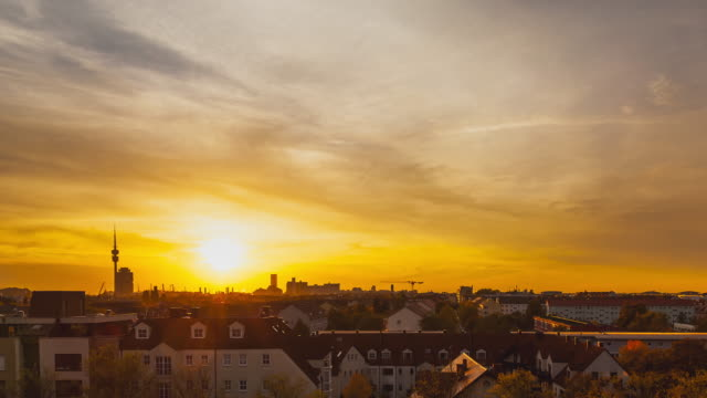tl / sunset timelapse from a rooftop overlookiong munich, bavaria, germany - zeitraffer stock videos & royalty-free footage