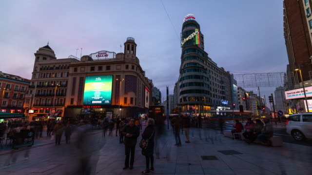 vídeos de stock e filmes b-roll de sunset timelapse of christmas light in madrid at callao - espanha