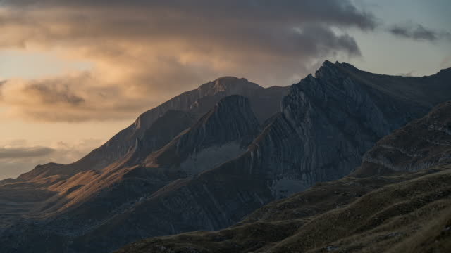sunset timelapse of rugged mountains in durmitor national park - durmitor national park stock videos & royalty-free footage