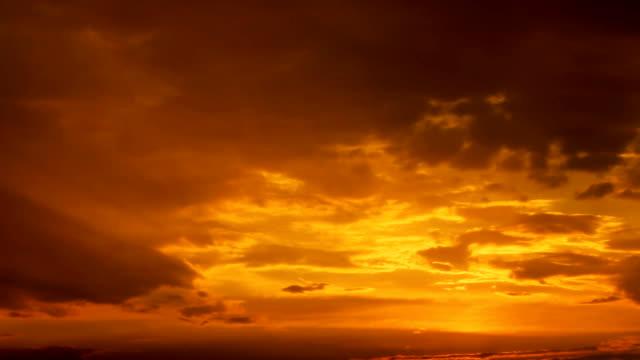 Sonnenuntergang Timelapse mit ein Sonnenstrahl trifft das Objektiv