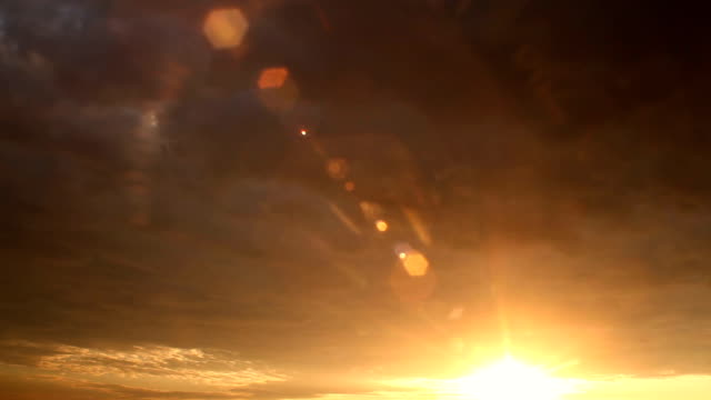 Sonnenuntergang Timelapse mit Sonnenstrahl trifft das Objektiv