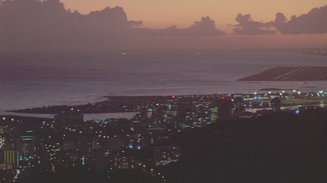 vidéos et rushes de sunset to night honolulu toward pearl city; sev'l takes - végétation tropicale