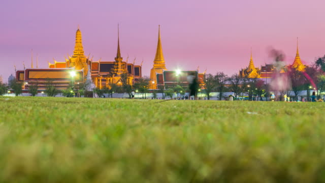 sunset to night time lapse at grand palace, bangkok - romantic sky stock videos & royalty-free footage