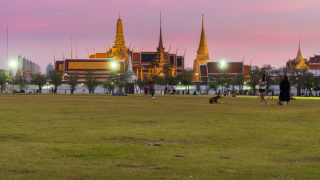 sunset to night time lapse grand palace, bangkok - romantic sky stock videos & royalty-free footage
