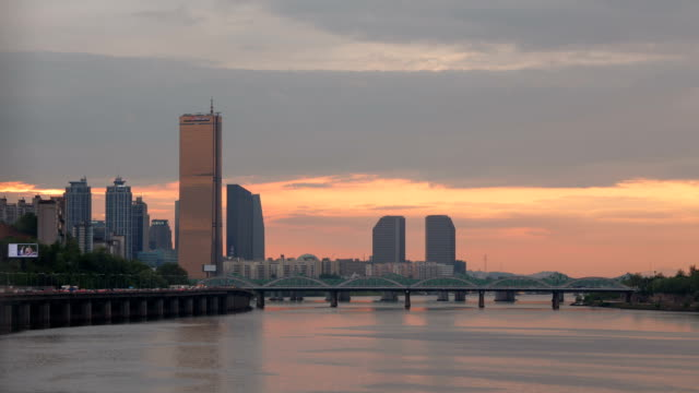 sunset to night view of hangang bridge and yeouido with 63 building (remained the tallest skyscraper in korea until 2009) - sunset to night stock videos & royalty-free footage