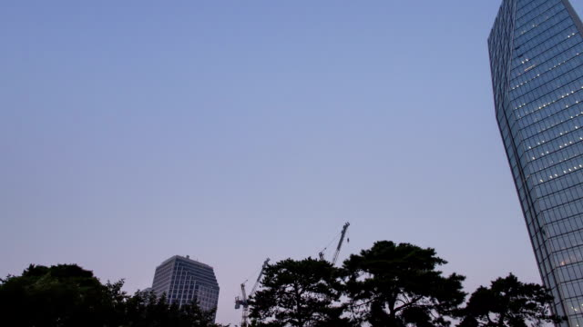 vídeos de stock e filmes b-roll de sunset to night view of skyscrapers and statue of king sejong at yeouido square - figura masculina