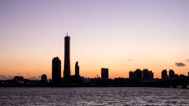 sunset to night view of the han river near 63 building and wonhyodaegyo bridge - sunset to night stock videos & royalty-free footage