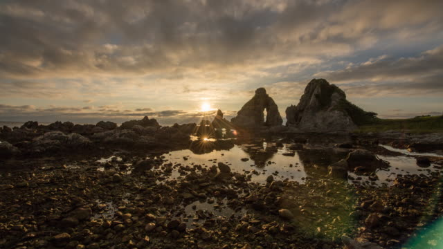 sunset to the rocky sea shore at the low tide - gezeitentümpel stock-videos und b-roll-filmmaterial