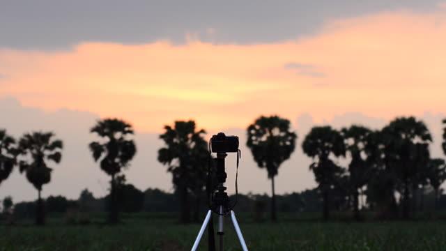 vídeos de stock e filmes b-roll de pôr-do-sol - câmara fotográfica