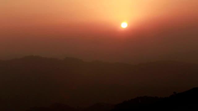 vídeos de stock, filmes e b-roll de pôr-do-sol - viva gore