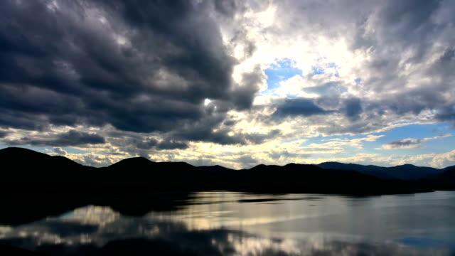 vídeos de stock, filmes e b-roll de pôr-do-sol - lago reflection