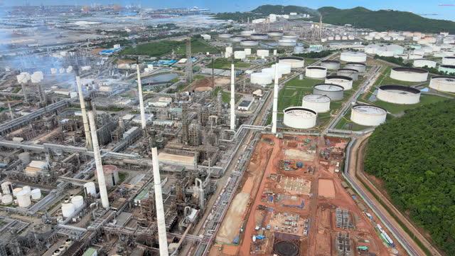 vidéos et rushes de sunset vidéo du point de vue drone autour de la raffinerie de pétrole de travail et l'industrie du gaz dans l'usine pétrochimique au coucher du soleil - alimentation électrique