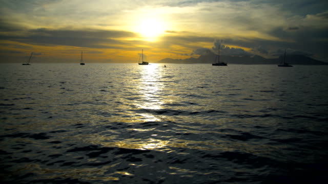 vídeos de stock e filmes b-roll de sunset view from tahiti to moorea south pacific - povo polinésio