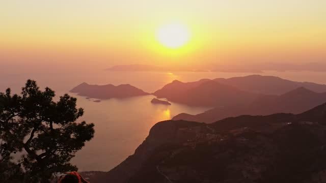 vidéos et rushes de vue sur le coucher du soleil depuis le sommet de la montagne - turquie