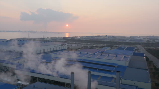 sunset view of car factory in hyundai motors industrial complex - 工場の煙突点の映像素材/bロール