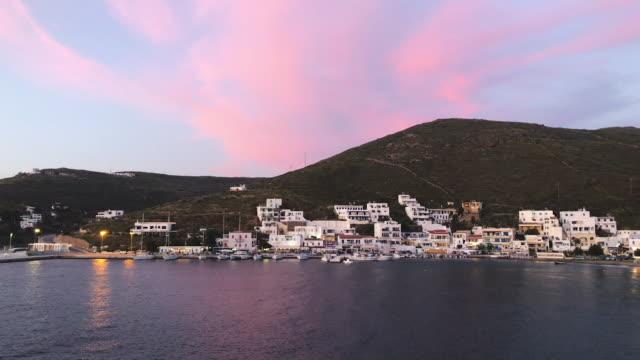 vídeos y material grabado en eventos de stock de vista al atardecer del puerto en la isla de kythnos, cíclades, grecia - bahía