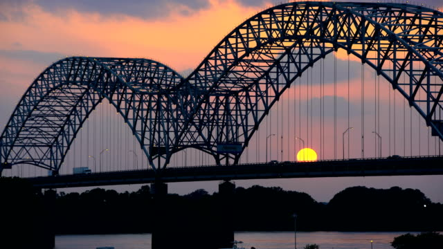 vídeos de stock e filmes b-roll de sunset view of hernando desoto bridge mississippi river - tennessee