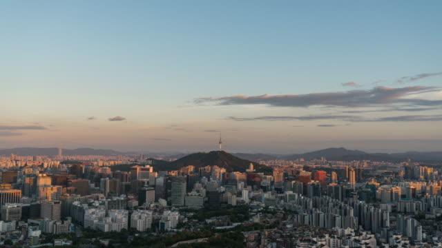vídeos y material grabado en eventos de stock de sunset view of n seoul tower (famous tower for tourist) and city buildings in seoul - señal de nombre de calle