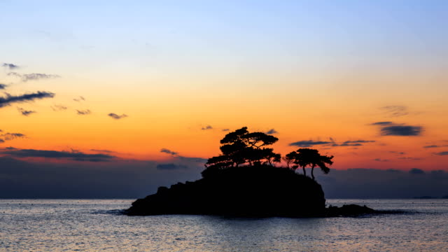sunset view of solseom island (famous photo attractions in korea) on the sea in byeonsanbando national park, buangun - cay insel stock-videos und b-roll-filmmaterial