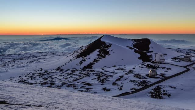 sunset view of the observatory in snow-covered mauna kea mountain, hawaii, united states - ハワイ諸島点の映像素材/bロール