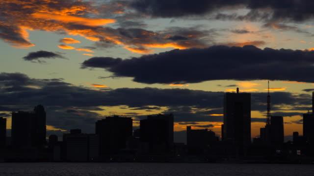 vídeos de stock, filmes e b-roll de vista do pôr do sol da baía de tóquio / lapso de tempo - porto distrito
